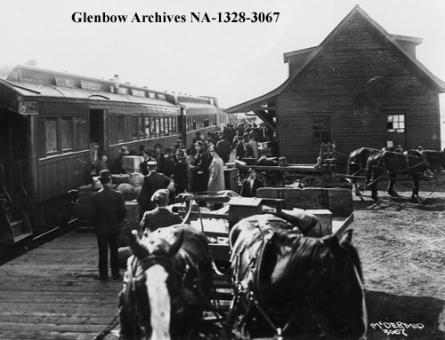 na-1328-3067 - Homesteaders boarding the Edmonton, Dunvegan and British Columbia Railway train, Edmonton, Alberta - 1914